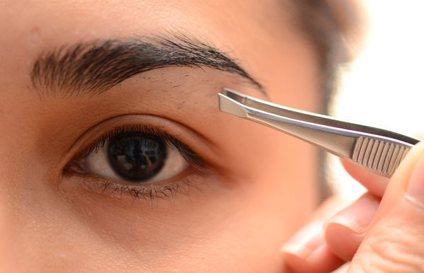 Tweezing-your-brows-all-the-time-does-not-help-them-grow-out